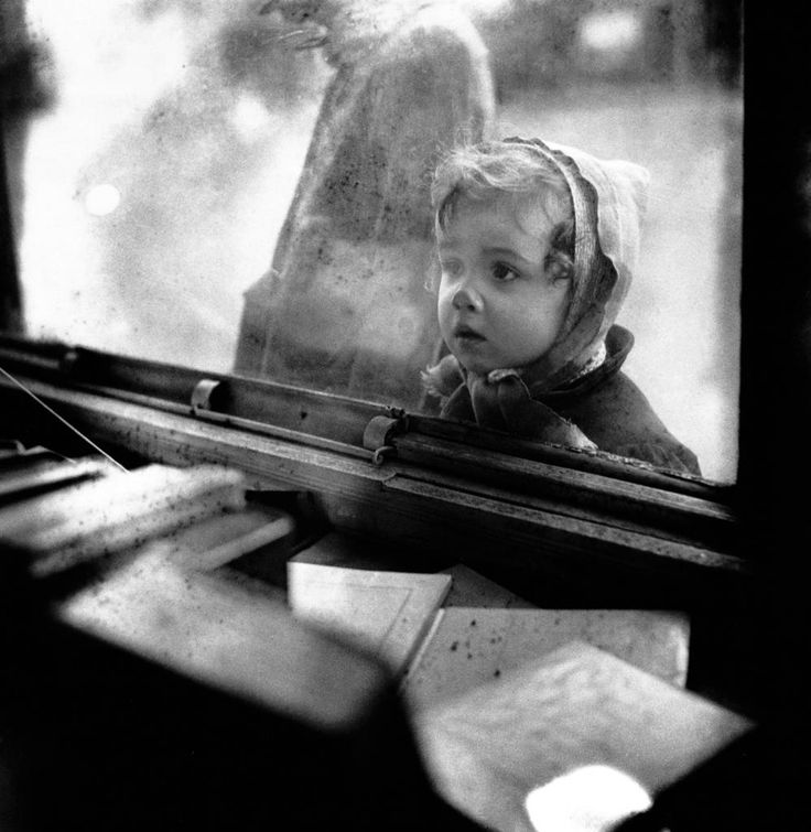 Enfant devant une vitrine, Edouard Boubat, 19481948